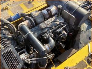 Двигатель экскаватора на техническом обслуживании